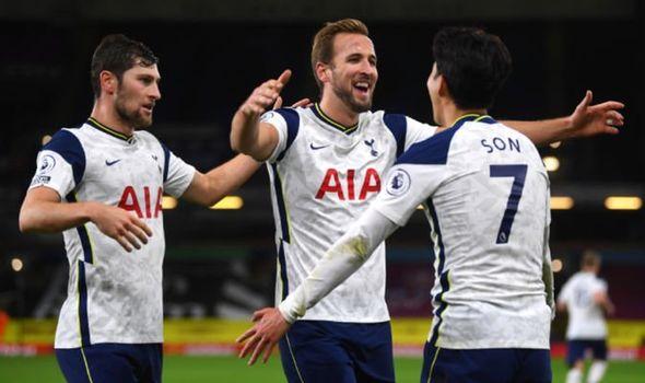 Kane và động đội ăn mừng bàn mở tỉ số trong chiến thắng của Tottenham trước Burnley