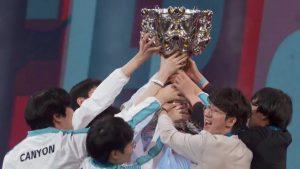Damwon Gaming nâng cao chiếc cúp vô địch CKTG 2020